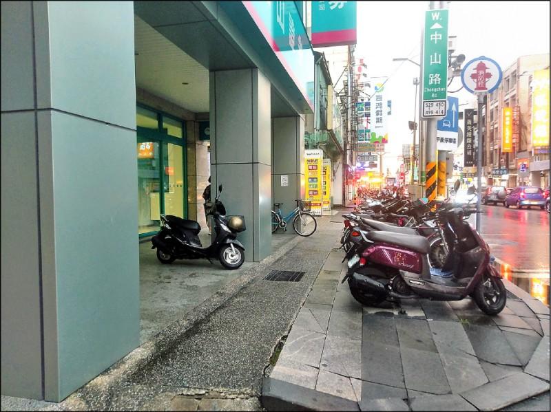 警方將針對中山路騎樓等路段違規停車占用道路進行取締